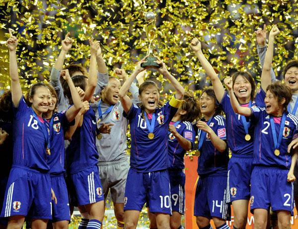 サッカー女子W杯で初優勝し、トロフィーを掲げて喜ぶ澤穂希(央)ら日本代表「なでしこジャパン」(C)共同通信社