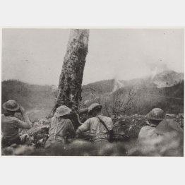 インパールに進行中、日本軍への砲撃を開始するインド軍のグルカ族兵士(C)The National Army Museum/Mary Evans Picture Library/共同通信イメージズ
