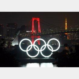 「東京アラート」発動で赤のライトアップになったレインボーブリッジ(手前は東京五輪マークのモニュメント)/(C)日刊ゲンダイ