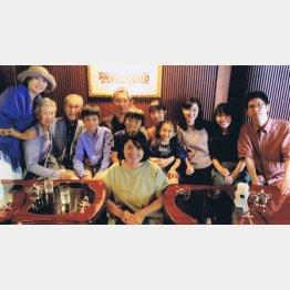 家族が一堂に(左から3番目が小澤勝さん)/(提供写真)