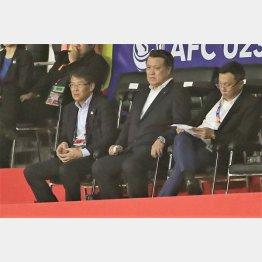 関塚ナショナルチームディレクター(左)との共同歩調も注目される。中央は田嶋JFA会長(C)Norio ROKUKAWA/office La Strada