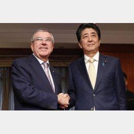 ウソばかり(安倍首相とIOCのバッハ会長)/(C)共同通信社