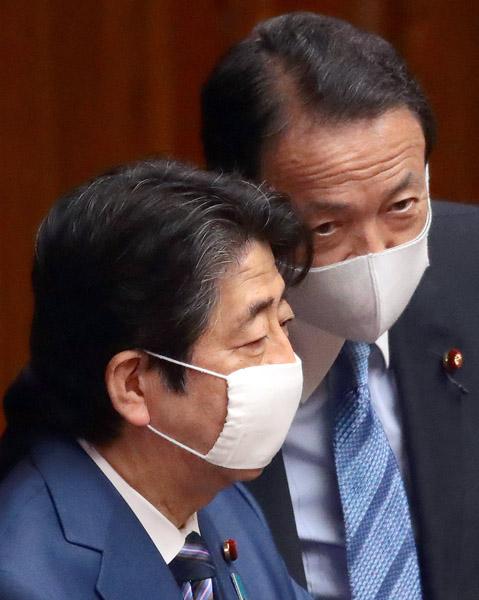 我関せず(安倍首相と麻生財務相)/(C)日刊ゲンダイ