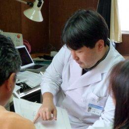 福島県で診察する坪倉正治医師(2013年)