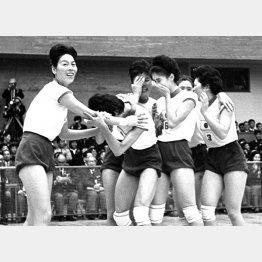 東京五輪で金メダルを獲得し喜ぶ河西主将(左)とメンバー(C)共同通信社