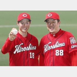 ウイニングボールを手に佐々岡監督(右)と並んでようやく笑顔を見せた森下(C)共同通信社