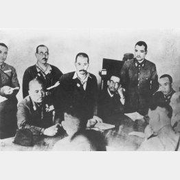 1942年2月15日、パーシバルと会見。写真は山下奉文軍司令官(向こう側左端の着席している人物)に降伏を申し入れるパーシバル英軍司令官(手前右)。山下の隣に立っているのは通訳を務めた情報参謀の杉田一次中佐(シンガポール・ブキテマのフォード事務所)/(C)共同通信社
