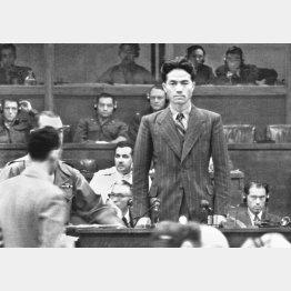 東京裁判でソ連側証人として証言する瀬島龍三(1946年10月18日)/(C)共同通信社