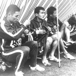 テントの中で東京五輪の出番を待つ山田宏臣(左3)/