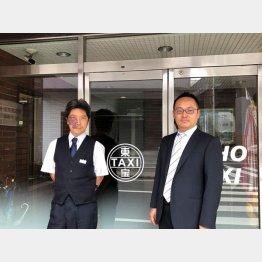 会社の玄関で。石井政之さん(左)と大野慶太社長(C)日刊ゲンダイ