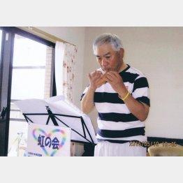 自宅でオカリナの練習(提供写真)