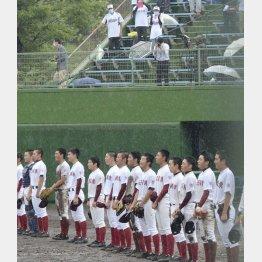 雨の中、校歌を歌う水沢商ナイン(C)共同通信社