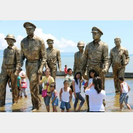 連合国軍のマッカーサー司令官のレイテ島上陸を再現した銅像。レイテ湾(奥)に集結した米艦隊と日本軍との間でレイテ沖海戦が起き、神風特攻隊もこの戦いに投入された(2014年10月、フィリピン中部レイテ島パロ)/(C)共同通信社