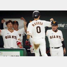 八回に増田大を迎える原監督(右)と炭谷(左)/(C)日刊ゲンダイ
