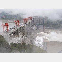29日、放流する三峡ダム。中国の長江中・上流域で降った強い雨の影響を受け、三峡ダムの水量は引き続き増加している(C)新華社=共同