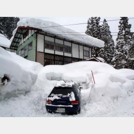 中村氏が雪かきをしながら暮らした長野県小谷村の一軒家(提供写真)