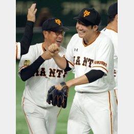 笑顔の宮本コーチ(左)と菅野(C)日刊ゲンダイ