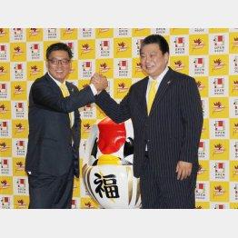 平岡ヘッドコーチと握手を交わす阿久沢新社長(左)/(C)日刊ゲンダイ