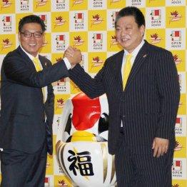 平岡ヘッドコーチと握手を交わす阿久沢新社長(左)/