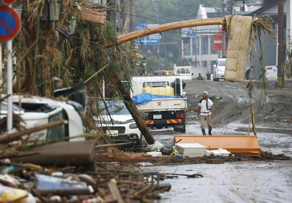 土砂やがれきが流れ込んだ熊本県人吉市の市街地(C)共同通信社