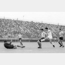 1964年東京五輪のアルゼンチン戦でゴールを決める杉山隆一(C)共同通信社