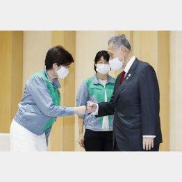 6日に面会した小池都知事(左)と森組織委会長(C)共同通信社