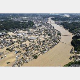 球磨川が氾濫し水に漬かった熊本県人吉市の市街地(4日)/(C)共同通信社