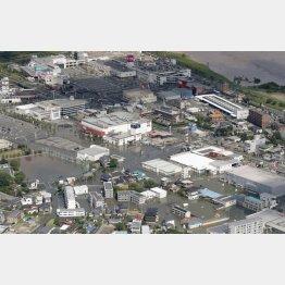 大雨で冠水した福岡県久留米市街(C)共同通信社