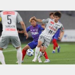 川崎MF田中(右)とマッチアップするFC東京MF安部(C)Norio ROKUKAWA/office La Strada