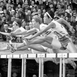 1964年東京五輪女子80メートル障害準決勝、第2ハードルを越える依田郁子(右端)/