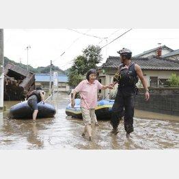 避難の次には復旧作業が…(ボートで救出された女性=熊本県人吉町)/(C)共同通信社