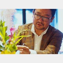 花を生けるhananeの石動力CEO(提供写真)