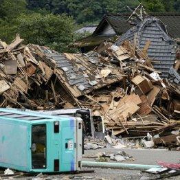 球磨川の氾濫で押しつぶされた家屋や横倒しになったバス
