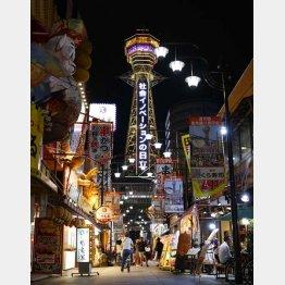 黄色にライトアップされた大阪・新世界の通天閣=12日夜(C)共同通信社