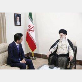 安倍首相はイランを訪問したがハメネイ師(右)は強硬だった(イラン最高指導者事務所提供・共同)