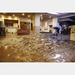 大分県日田市の天ケ瀬温泉の旅館ロビーに流れ込んだ土砂(C)共同通信社