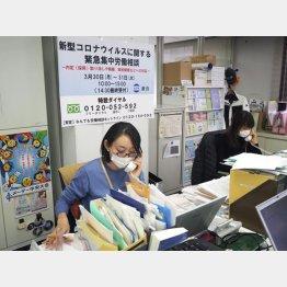 新型コロナの感染拡大を受けた緊急の労働相談に応じる連合の職員=3月30日(C)共同通信社