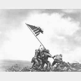 硫黄島に星条旗を揚げるアメリカ軍兵士(C)World History Archive/ニューズコム/共同通信イメージズ