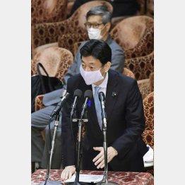 衆院予算委の閉会中審査で答弁する西村経済再生相(C)共同通信社
