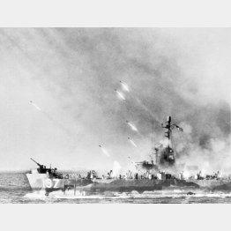 味方の部隊の沖縄上陸のために敵勢力をそぐべく艦上から発射されるロケット砲(C)Underwood Archives/Universal Images Group/共同通信イメージズ