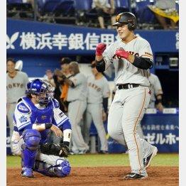 九回に起死回生の勝ち越し2ラン、笑顔で本塁を踏む巨人の岡本(C)共同通信社