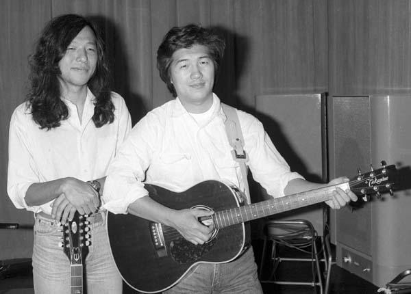 山下達郎さん(左)と大滝詠一さん(故人)/(C)共同通信社