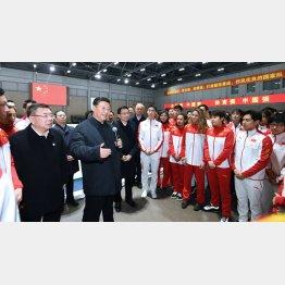 2022年北京冬季五輪・パラリンピックの準備状況を視察し、選手をねぎらう中国の習近平国家主席(C)新華社/共同通信イメージズ