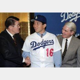 1995年2月、ドジャース入団発表の野茂英雄投手(C)共同通信社