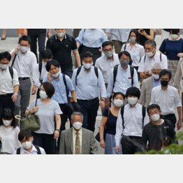 気付かぬうちに… 後に重篤化する場合も(蒸し暑い梅雨の季節、マスクをして歩く人たち)/(C)日刊ゲンダイ