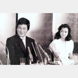 婚約会見を行う多岐川裕美(右)と阿知波信介氏(1984年)/(C)日刊ゲンダイ