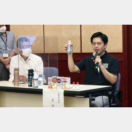 焦りで花火を打ち上げた(記者会見でうがい薬を示す大阪府の吉村洋文知事と大阪市の松井一郎市長=左)/(C)共同通信社