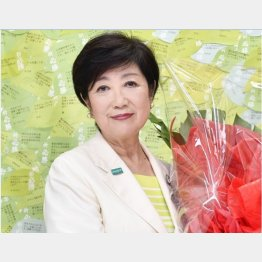 都知事再選が決まり笑顔の小池百合子氏(C)共同通信社