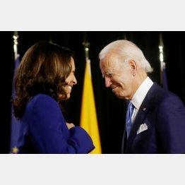 ハリス上院議員(左)を副大統領候補に指名した民主党のバイデン大統領候補(C)ロイター