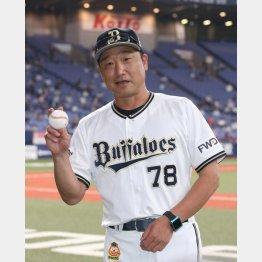 初勝利のウイニングボールを手にするオリックス中島監督代行(C)日刊ゲンダイ